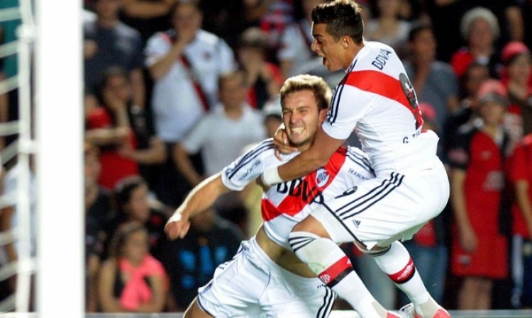 Germán Pezzella celebra el agónico tanto en Santa Fe y su primer gol con la camiseta de River en Primera (Foto: Télam)