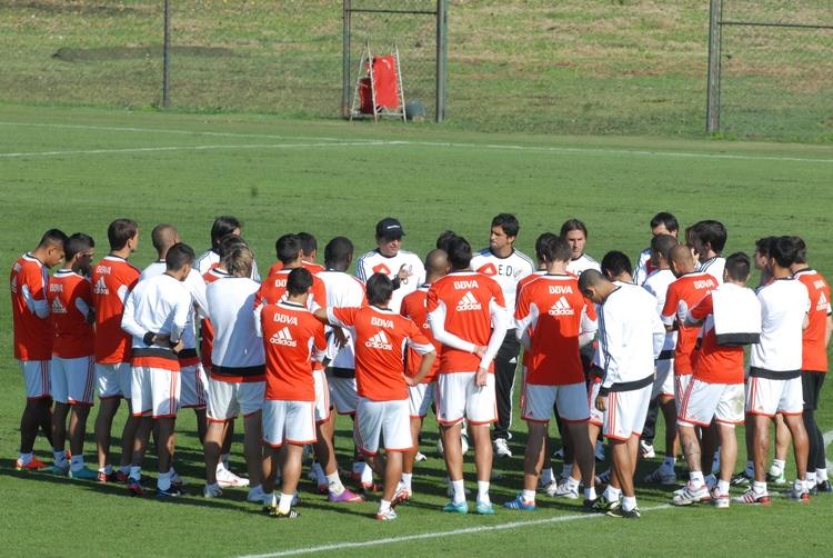 Reunión del DT, Ramón Diaz con los jugadores, durante el entrenamiento matutino del plantel de River Plate, realizado en el predio de Ezeiza. (Foto: Enrique Cabrera/Télam)