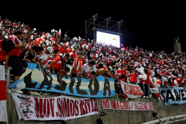 Los hinchas en Catamarca (Foto: Diario Olé)