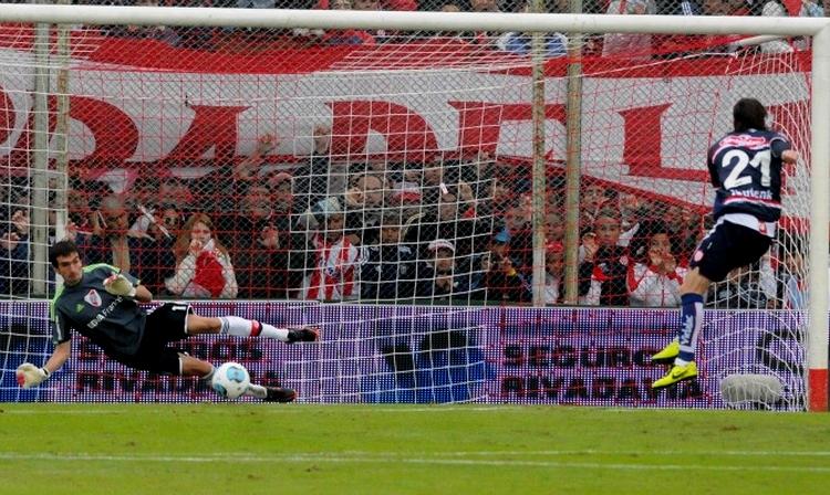 Barovero atajó su primer penal en Primera (Foto: Fotobaires)
