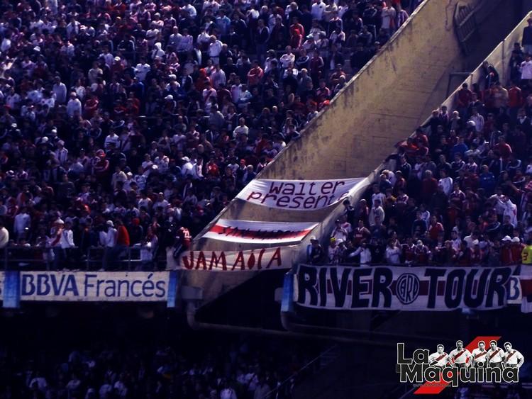 Por el hueco entre la tribuna Sívori Alta y la platea Belgrano cayó Guillermo Torres (Foto: La Máquina)