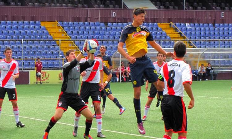 Maxi en acción, en el triunfo de River sobre el América de México en la Copa Saprissa Internacional Scotiabank Edición 2012.